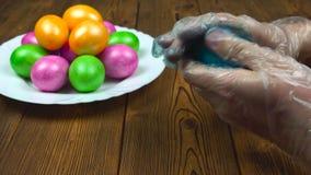 Christelijke traditie van het kleuren van hard-gekookte eieren tijdens een Verrijzeniszondag of een Pascha, voorbereiding voor go stock footage