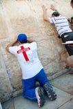 Christen die bij Westelijke Muur bidt royalty-vrije stock foto's