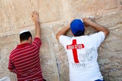 Christen die bij Westelijke Muur bidt stock afbeeldingen