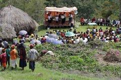 Christen die in het dorp Papuan prediken stock afbeeldingen