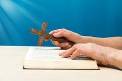 Christen die met handen bidden stock afbeelding