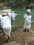 Christenen die in de Doopplaats, Israël dopen Stock Fotografie