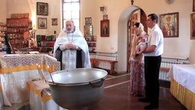 Christening mały dziecko w ortodoksyjnym kościół. Dziecięcy ochrzczenie zdjęcie wideo