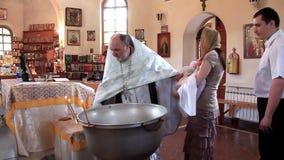 Christening mały dziecko w ortodoksyjnym kościół. Dziecięcy ochrzczenie zbiory wideo
