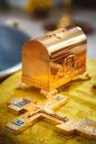 Christening w kościół, złoci religijni naczynia: biblia, krzyż, modlitewna książka, mszał Szczegóły w Ortodoksalnym kościół chrze fotografia stock
