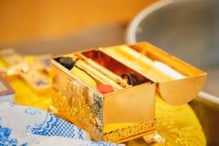 Christening w kościół, złoci religijni naczynia: biblia, krzyż, modlitewna książka, mszał Szczegóły w Ortodoksalnym kościół chrze obraz stock
