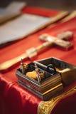 Christening w kościół, złoci religijni naczynia: biblia, krzyż, modlitewna książka, mszał Szczegóły w Ortodoksalnym kościół chrze obraz royalty free