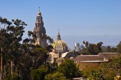 Christian Basilica e a igreja cercados por árvores e por arbustos Imagem de Stock Royalty Free