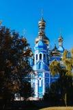 Christian Church antico sulle banche del paesaggio di Dnieper Ucraina fotografie stock