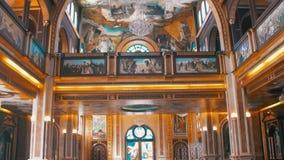 Christian Church, el icono divino, el altar y el interior de la religión almacen de video