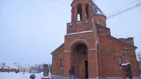 Christian Church en invierno La iglesia famosa de Gregory Tigran Honents del santo se rodea con paisaje del invierno E almacen de video