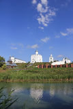 Christian Church en los bancos del río imagen de archivo