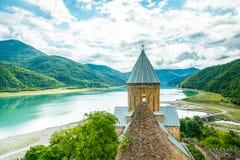 Christian Church i de georgiska bergen Arkivbild