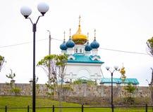 Christian Church med kupoler i Ryssland royaltyfria foton