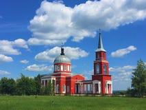 Christian Church rojo hermoso en la colina en Rusia fotografía de archivo libre de regalías