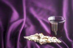 Christian Communion em um fundo roxo fotografia de stock royalty free