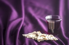 Christian Communion en un fondo púrpura fotografía de archivo libre de regalías
