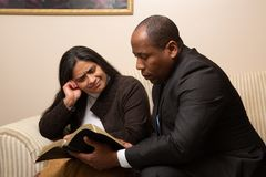 Christian Couple Studying Bible Together competido misturado imagens de stock