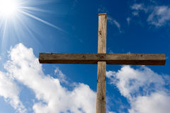 Christian Cross Against een Blauwe Hemel Stock Afbeelding