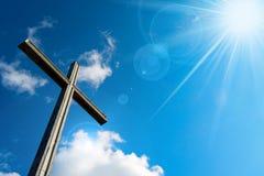 Christian Cross Against een Blauwe Hemel Stock Afbeeldingen