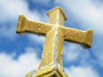 Christian Cross Against un ciel bleu Photos libres de droits