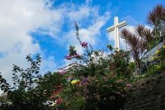 Christian Cross auf buntem Hügel stockbilder