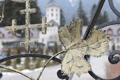 Christian Cross auf Klostertoren - Kirche auf undeutlichem Hintergrund Stockbilder