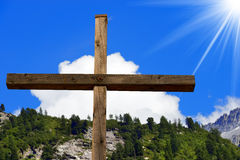 Christian Cross in Berg Stock Fotografie