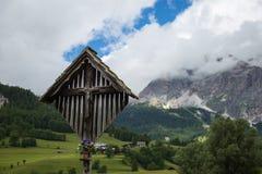 Christian Cross di legno ed alpi italiane delle dolomia nel fondo Fotografie Stock