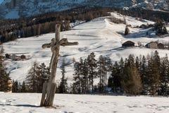 Christian Cross di legno ed alpi italiane delle dolomia nel fondo Immagini Stock