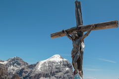 Christian Cross di legno ed alpi italiane delle dolomia nel fondo Fotografia Stock Libera da Diritti