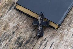 Christian Cross e bibbia santa sulla vecchia tavola di legno Immagine Stock