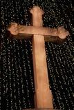 Christian Cross en bois avec les lumières de Noël et le ciel nocturne photo libre de droits