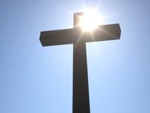 Christian Cross framme av solen Arkivbilder