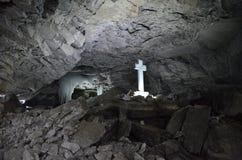 Christian Cross ortodosso nell'incrocio della caverna di ghiaccio di Kungur con le parole dentro immagine stock