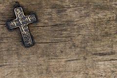 Christian Cross sulla vecchia tavola di legno Concetto di religione Immagine Stock