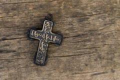 Christian Cross sulla vecchia tavola di legno Concetto di religione Vista superiore Immagine Stock