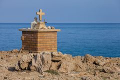Christian Cross sur la roche Images libres de droits