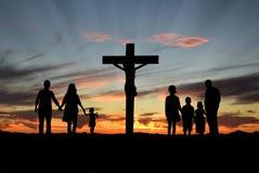 Christian Families Standing Before Cross van Jesus Stock Afbeelding