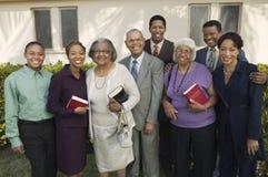 Christian Family en el patio que sostiene el retrato de las biblias Foto de archivo libre de regalías