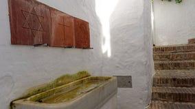 Christian Jew och muslimsk dricka springbrunn i Frigiliana arkivbilder