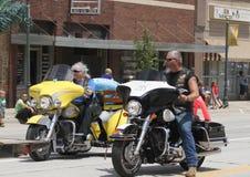 Christian Motorcycle Club Riders ståtar in i lilla staden Amerika Fotografering för Bildbyråer