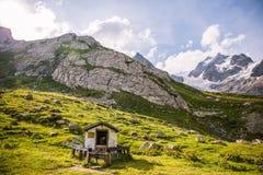Christian Oratory nel paesaggio verde della montagna con Mont Blanc Gl fotografia stock