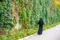 Christian Orthodox nunna som går på gatan Royaltyfri Foto