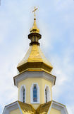 Christian Orthodox Yellow Church d'isolement avec Golden Dome et C Photographie stock
