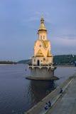 Christian Ortodox kapell på floden Royaltyfria Foton