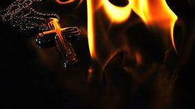 Christian Religion Symbol Cross no fogo do inferno video estoque