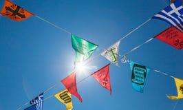 Christian religios symbolische vlaggen in Lindos, Griekenland stock foto's