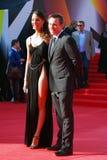 Christian Slater et Sofia Arzhakovskaya sourient et posent pour des photos Photographie stock libre de droits