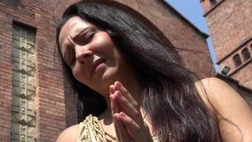 Christian Woman Praying på kyrkan stock video